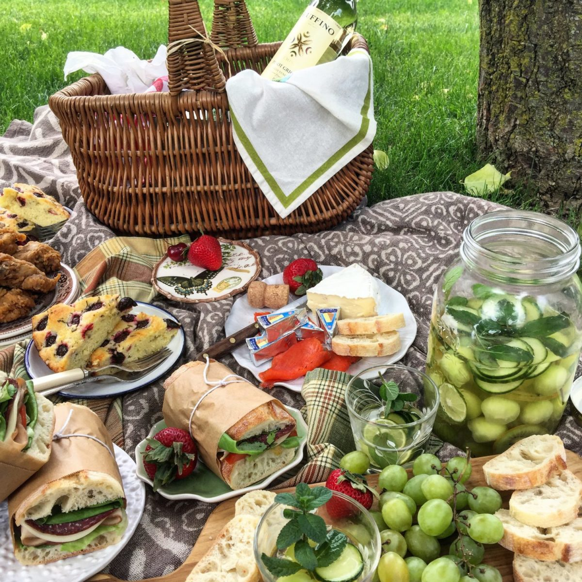 Picnics and Mason Jar Sangria Verde