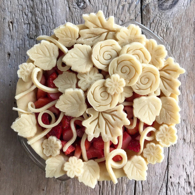strawberry rhubarb pie, spring pie with easy pie pastry